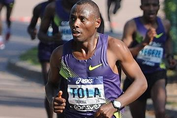 Ethiopian marathon runner Tadese Tola on his way to victory (Getty Images)