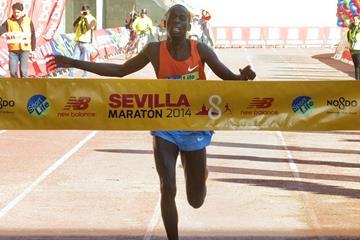 Cosmas Kiplimo Lagat wins at the 2014 Maraton de Sevilla ( JJ Ubeda / www.maratondesevilla.es)