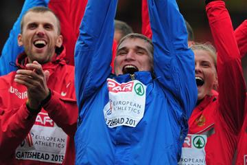 Javelin winner Dmitri Tarabin lifts the trophy for Russia at the 2013 European Team Championships (Getty Images)