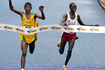 Fabiano Joseph slips past Mubarak Hassan Shami to take the 2005 world half marathon title in Edmonton (Getty Images)