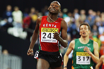 Bernard Lagat on his way to winning the 3000m at the 2004 IAAF World Indoor Championships in Budapest (Getty Images)