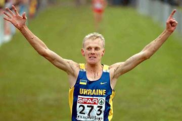 A mud splattered Sergiy Lebid wins his sixth European Cross Country title - Tilburg 2005 (Hasse Sjögren)