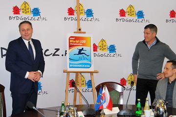 Mayor of Bydgoszcz Rafal Bruski unveils the logo for the IAAF World U20 Championships Bydgoszcz 2016 (PZLA)
