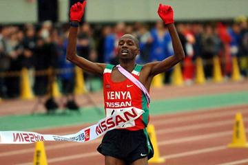 Cyrus Njui brings home the men's victory for Kenya at the Chiba Ekiden 2006 (Hasse Sjögren)