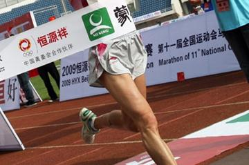 Bai Xue of China wins the 2009 Beijing International Marathon (c)