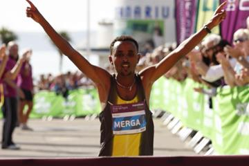 Ebisa Merga winning the 2013 Bournemouth Marathon (Lesley Martin / organisers)