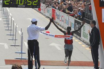 Japhet Kosgei crosses the line in 2:10:54, a course record in Belgrade (Pedja Djurovic)