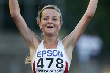 Tatyana Kalmykova of Russia wins the 5000m Race Walk final (Getty Images)