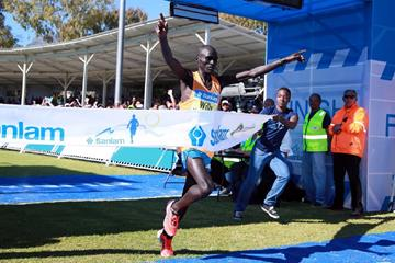 Willy Kibor winning the 2014 Sanlam Cape Town Marathon (organisers)