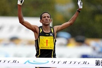 Yemane Tsegay taking the Lake Biwa Marathon title (Yohei Kamiyama/Agence SHOT)