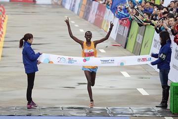 Paul Lonyangata wins the Shanghai Marathon (AFP / Getty Images)