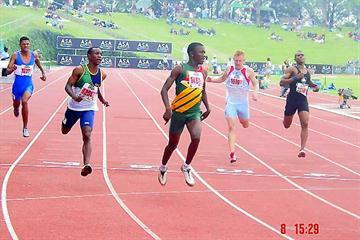 Tshegofatso Meshoe (green and yellow vest) winning the junior mens 200m in 21.08 seconds (Mark Ouma)