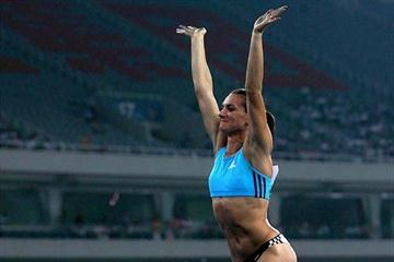 Yelena Isinbayeva acknowledges the crowd in Shanghai, 20 Sep 2008 (Getty Images)