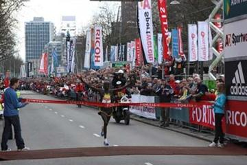 William Kipsang wins the 2008 Fortis Rotterdam Marathon (John de Pater)