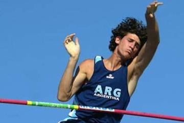 German Chiaraviglio of Argentina finishes second in the Men's Pole Vault Final (Getty Images)