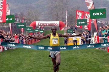 Boniface Kiprop of Uganda takes the win 2004 Amorebieta xc (Argazkari)