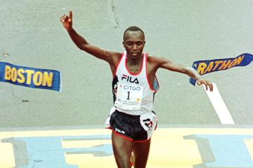 Moses Tanui winning the 1998 Boston Marathon (Getty Images / AFP)
