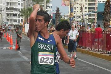 Caio Bonfim winning the South American 20km Race Walk title in Salinas (Aercio Oliveira)