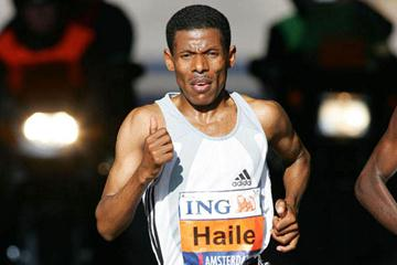 Haile Gebrselassie running in the ING Amsterdam Marathon (Jiro Mochozucki-Photo Run)