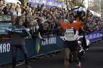 Haile Gebrselassie wins the ABN-AMRO Zevenheuvelenloop (Seven Hills Run) over 15 kilometres (organisers)