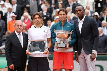 Usain Bolt presents Rafael Nadal with his trophy at the 2013 French Open (Getty Images)