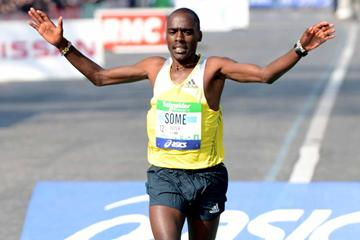 Peter Some wins the 2013 Paris Marathon (Jiro Mochizuki)