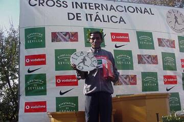 Kenenisa Bekele (ETH) with the winner's trophy in Seville (Luis Saladie)
