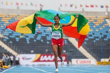 Kalkidan Fentie celebrates winning the women's 5000m title at the IAAF World U20 Championships Bydgoszcz 2016  (Getty Images)
