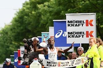 Solomon Tside (ETH) crosses the finish to win the 2009 Möbel Kraft Hamburg Marathon (Getty Images)