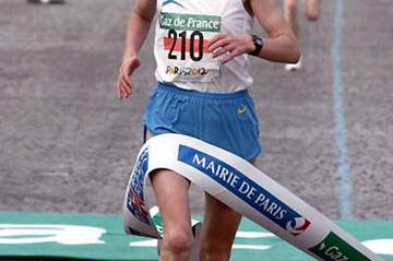 Lidiya Grigoryeva (RUS) wins the 2005 Paris Marathon (AFP / Getty Images)