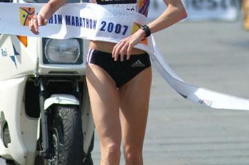 Aniko Kalovics beating the heat at the Turin Marathon (Lorenzo Sampaolo)