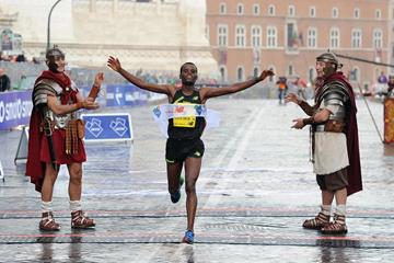 Shume Hailu winning the 2014 Rome Marathon (organisers)
