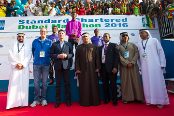 IAAF President Sebastian Coe and UAEAF President presents the winner's trophy at the Dubai Marathon (Organisers)