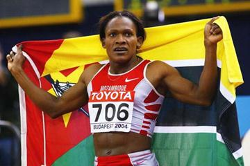 Maria Mutola (MOZ) celebrates winning the 800m World Indoor title (Getty Images)