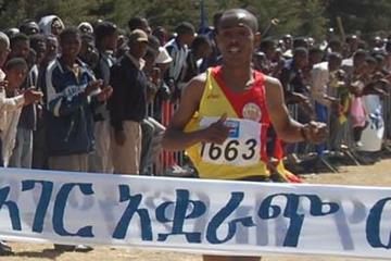 Dereje Debele winning in Addis Ababa (Elshadai Negash)