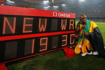 Usain Bolt with his world record figures (Getty Images)
