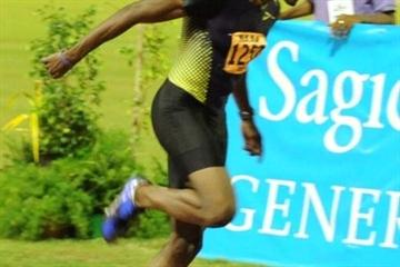 Richard Thompson leans to take the 100m national title in Port of Spain (Micheal Bruce / Trinidad Express)