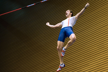 Renaud Lavillenie celebrates his pole vault victory (AFP / Getty Images)