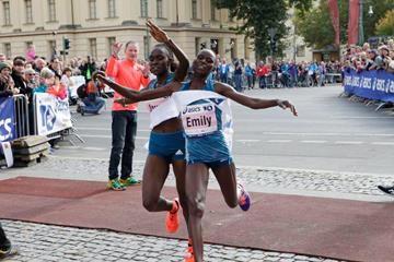 Joyce Chepkirui (left) wins from Emily Chebet (right) in Berlin (BERLIN RUNS / Action Photo)