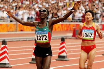 Catherine Ndereba holds off Zhou Chunxiu of China to win the silver medal (Getty Images)