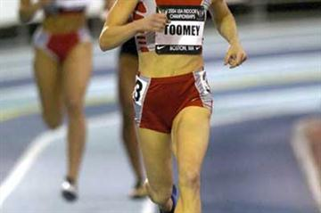 Jennifer Toomey strides away in the 800m preliminaries in the 2004 USATF Indoors (Kirby Lee)
