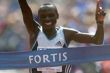 Felix Limo (KEN) wins the 2004 Fortis Rotterdam Marathon (Getty Images)