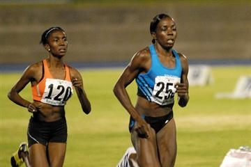 Keni Sinclair leads Natoya Goule in the 800m in Kingston (Anthony Foster)