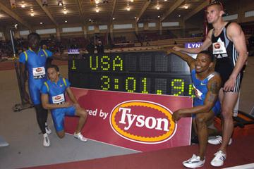 Kerron Clement, Wallace Spearmon, Darold Williamson and Jeremy Wariner after their World indoor record in the 4 x 400 relay in Fayetteville (Randy Miyazaki)