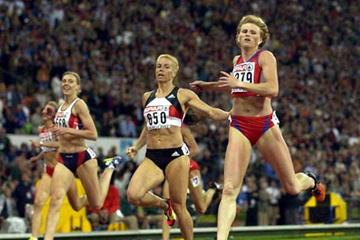 Olesya Zykina (right) wins the 2002 European 400m title (Getty Images)