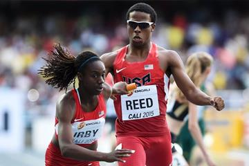 Keshun Reed hands over to Lynna Irby in the mixed 4x400m relay at the IAAF World Youth Championships, Cali 2015 (Getty Images)