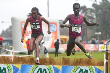 Sheila Chepngetich (right) overtakes Faith Kipyegon (Erik van Leeuwen)