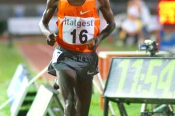 Eluid Kipchoge of kenya strides to 12:56.46 in Milan (Lorenzo Sampaolo)