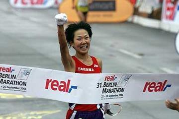 Yoko Shibui crosses the line to win in Berlin (Victah Sailer)