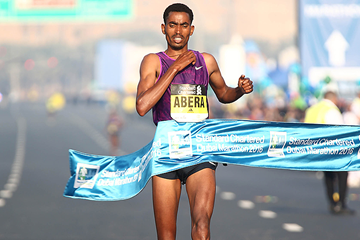 Tesfaye Abera wins the Dubai Marathon (Giancarlo Colombo)